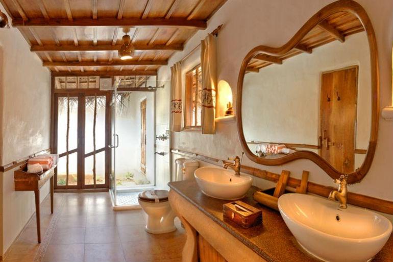 PoolHut_Bathroom